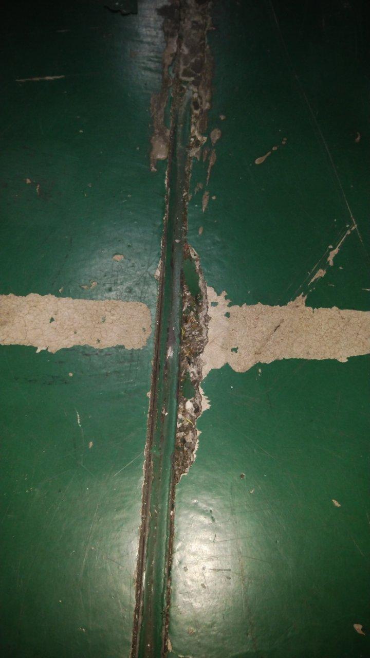削れたコンクリート床面